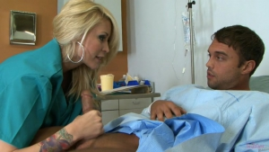 Monique Rich est une infirmière blonde qui chevauche son patient pour prendre son pied
