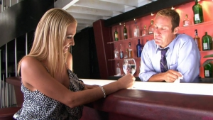Une charmante cliente fricote avec le barman