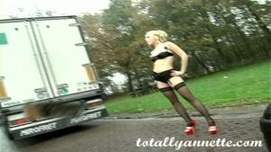 Annette schwarz fait la pute sur le bord de la route