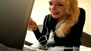 Annette schwarz exhibe son beau corps devant la webcam