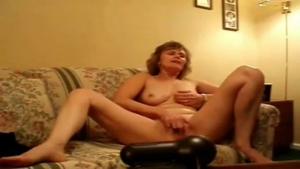 Une femme se montre devant la webcam