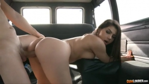 Valentina Nappi shows her pussy in a valve and is dfoncer front of the camera