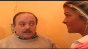 Video  Un vieil electricien fait peter le dijoncteur d une blondasse