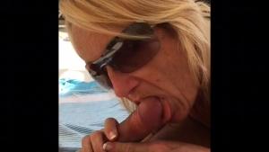 La blonde adore  sucer les grosses bites