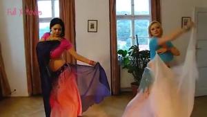Deux danseuses orientales font une dance du ventre somptueuse