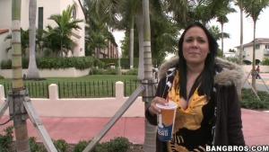 Fernanda une latina peu farouche s'invite dans le bangbus