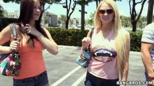 Summer blue Jordi jae, the two girls are in turn in the bang bus