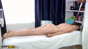 Sheila s'excite facilement pendant le massage