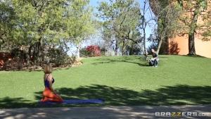Erica fontes baisée en plein air par le jardinier