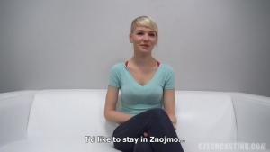 Karolina une belle étudiante russe se fait caster pour du x