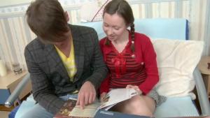 Jeune salope obtient le cours d'éducation sexuelle dont elle avait temps rêvé