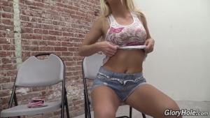 Emily Austin, une jolie blonde que tout le monde veut avoir en glory hole