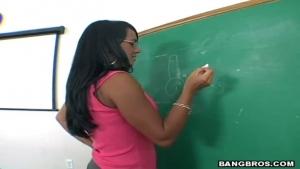 Prof métisse se fait bouffer la chatte en classe