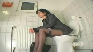 Secrétaire se touche et s enfile un gode dans le cul pendant sa pause aux toilettes