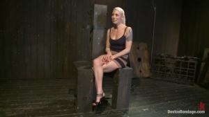 Blonde gourmande se fait démonter dans une séance BDSM