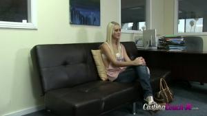 Blonde coquine passe un casting x