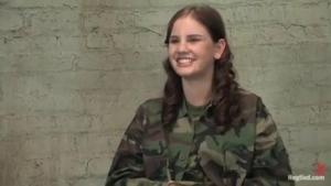 Femmes militaires attachées et soumises font des jeux bdsm à l'armée