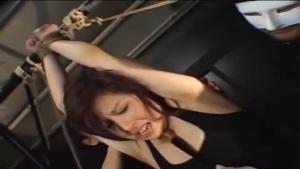 Jeune asiatique soumise se fait tripoter avec toute sorte d'objets, attachée
