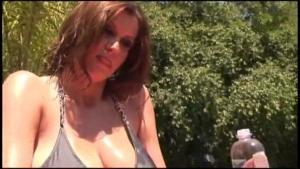 Exhib elle mouille ses gros mamelons au soleil dans le jardin