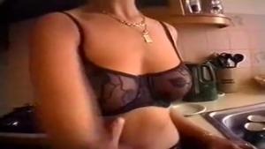 Monica amatrice séduisante en porte jarretelle