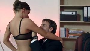 Secrétaire en lingerie sexy niquée dans le bureau du patron