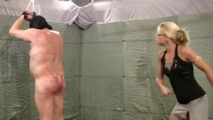 Un homme soumis se fait fouetter par deux femmes