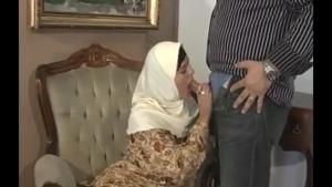 Arabe voilée se masturbe avant de se faire chevaucher