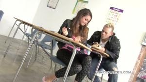 Allie Haze, une jeune etudiante se fait baiser en salle de cours