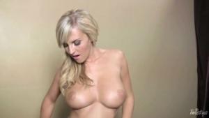 Belle blonde enleve sa lingerie fine en douceur