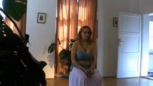 Deux charmantes demoiselles jouent ensemble avec des tissus orientaux tres sensuels