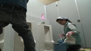 Jeune asiatique nettoie les mauvaises toilettes pubiques