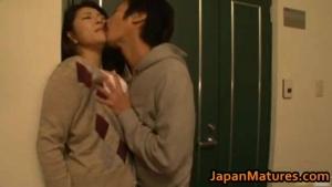 Japonaise aux gros seins se fait malmener devant la porte