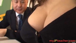 Prof japonaise super sexy se fait peloter les seins en cours