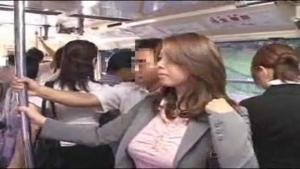 Une meuf asiatique en costume niquée en plein bus