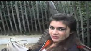 Jeune étudiante peu farouche rencontrée dans un parc sur un banc