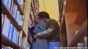 Cette belle demoiselle se fait brutalement attraper dans la bibliothèque publique