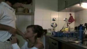 Elle abandonne la vaisselle pour lustrer la queue de son mec