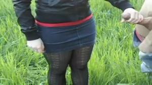 Une miss en mini jupe branle un inconnu en pleine nature