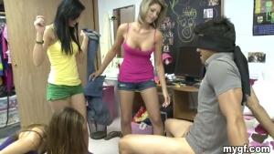 Jeux coquins avec des demoiselles qui en veulent !