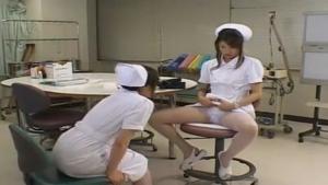Une jeune infirmière se rend du potentiel de sa chatte