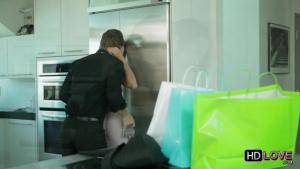 Un couple bourgeois s'offre la baise d'après shopping