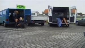 Blondes sexy fistées et baisée dans un van