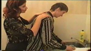 Femme cougar russe baise avec un jeunot dans la cuisine