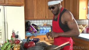 Elle se fait prendre en sandwitch par deux blackos dans la cuisine