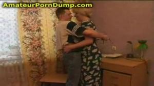 Une mature russe lubrique se fait tringler dans le salon