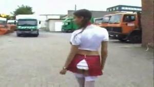 Jeune brunette salope qui en veut démontée par le camionneur dans la cabine