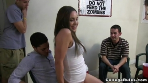 Des étudiantes s'amusent à une orgie lesbienne improvisée