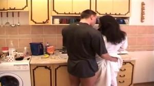 Maman cochonne tronchée dans la cuisine de bon matin
