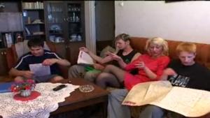 Trois jeunes partouzent la tante de leur pote