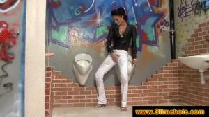 Lea se fait asperger par des litres de sperme dans les toilettes publiques